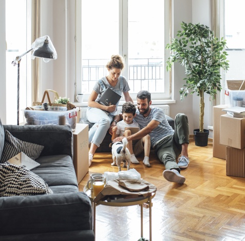 familia feliz en casa con hijo y perro